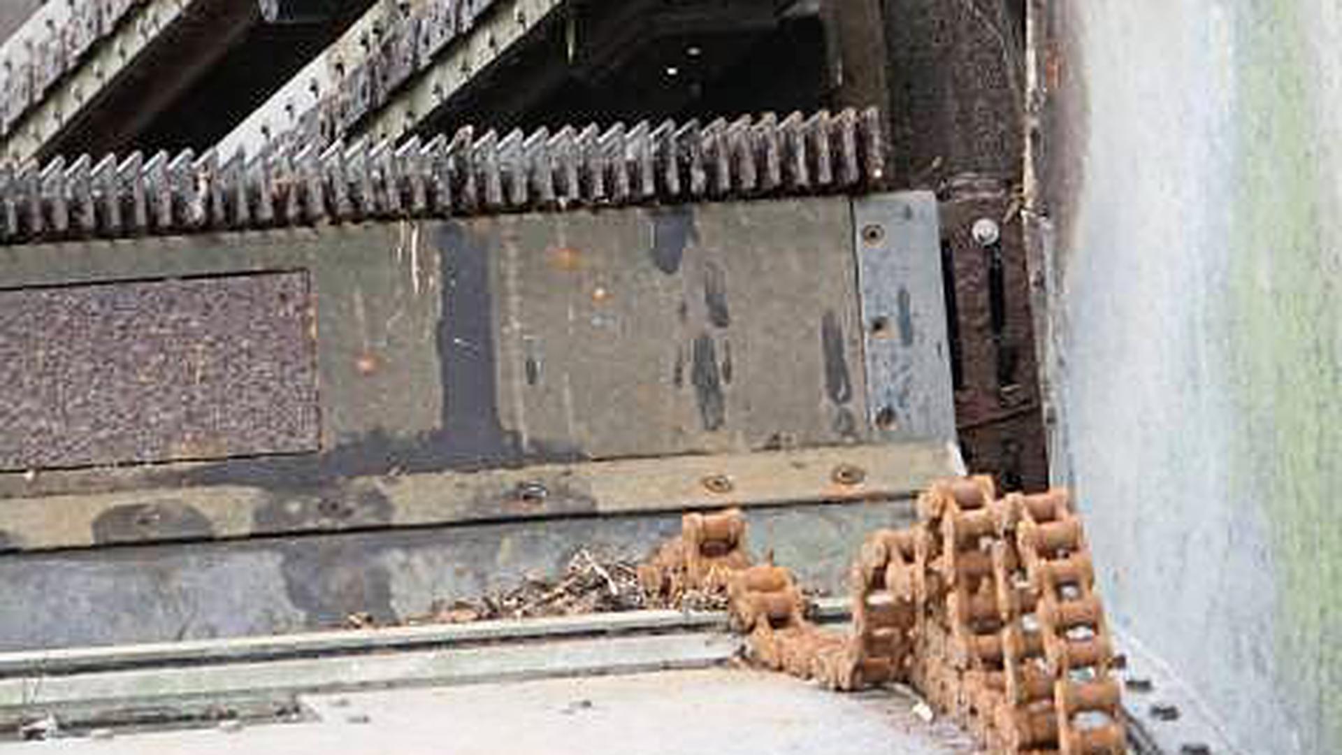Verschlissen: Eine Antriebskette am Pforzheimer Flusskraftwerk musste ausgetauscht werden.