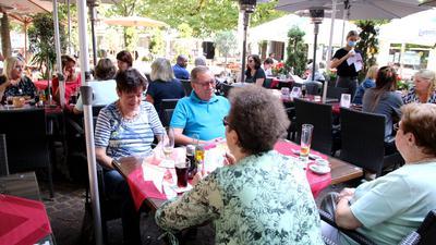 Leuten im Restaurant draußen