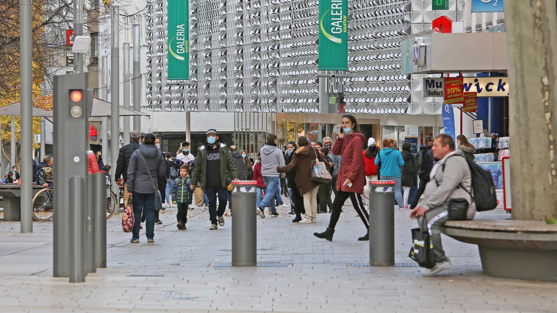 """Panorama der Fußgängerzone in Pforzheim vom """"Dicken"""" aus. Zahlreiche Menschen sind mit Maske unterwegs, nicht alle tragen sie richtig."""