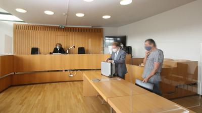Hinter dem Spuckschutz: Der Angeklagte trug im Gerichtssaal eine Maske. Gegenüber der Polizei hatte es sich noch geweigert – und die Beamten massiv beleidigt.