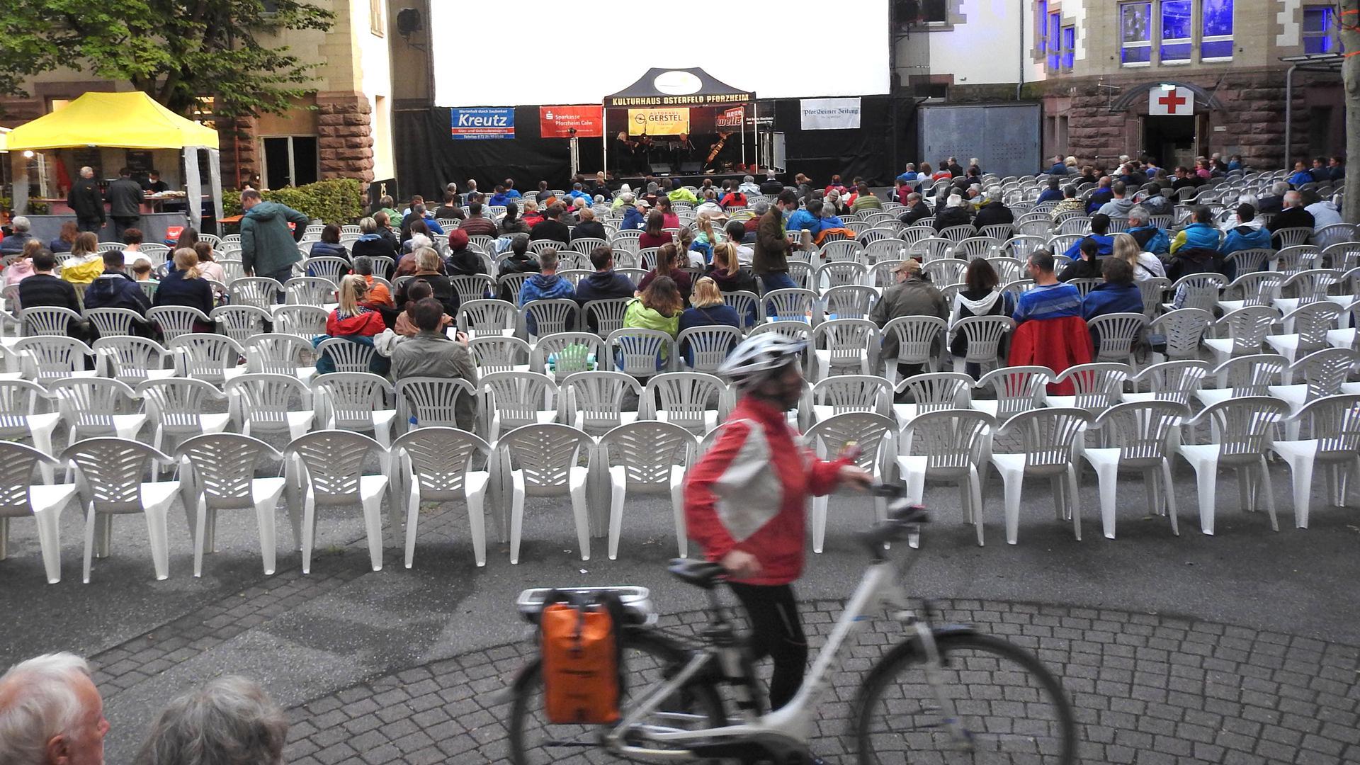 """Open-Air-Kino im Hof des Kulturhauses Osterfeld in Pforzheim mit dem Film """"Besser Welt als nie"""", der eine Weltumrundung mit dem Fahrrad beschreibt."""