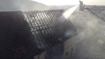 Die Feuerwehr löscht mithilfe einer Drehleiter den Brand eines Wohnhauses in Königsbach im Enzkreis.
