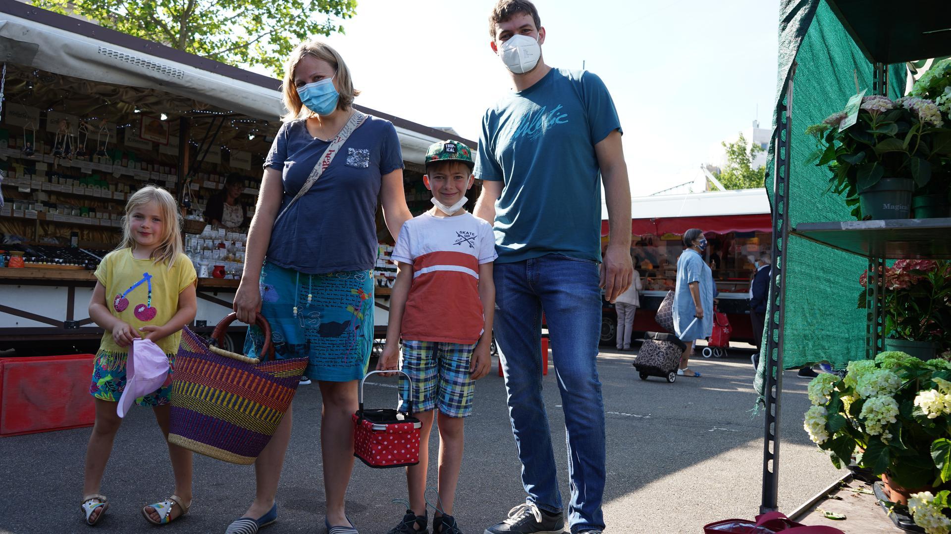 Familienausflug auf den Markt: Katinka Rabenseifner mit ihren Kindern Frieda und Yannick und ihrem Mann Sascha.