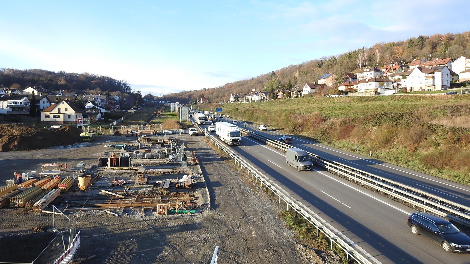Die A8 im Enztal bei Pforzheim. Links und rechts sieht man Wohnbebauung. An dieser Stelle hätten sich lokale Vertreter eine Lärmschutzeinhausung gewünscht.