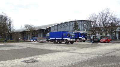THW-Fahrzeuge stehen vor der St.-Maur-Halle in Pforzheim