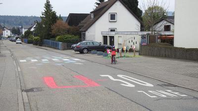 In Huchenfeld prangerte eine Clique die Missstände zwischen Schule und Kindergarten an, wo durch haltende Autos von Eltern oft gefährliche Szenen für die Schul- und Kindergartenkinder entstehen. So wurde kurzerhand mit Kreide ein Zebrastreifen auf die Straße gemalt und aus der 30er-Zone eine U-30-Zone.