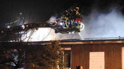 Feuerwehr bekämpft Brand.