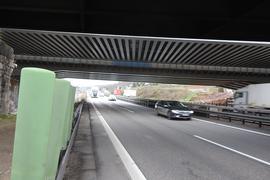 Autos fahren unter einer Brücke auf der A8 im Enztal.