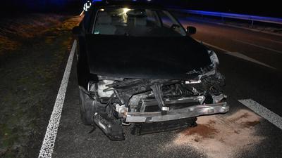 Audi mit zerstörter Front steht auf der Straße.