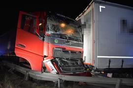 Unfall auf der Autobahn 8 bei Pforzheim: Drei Laster krachen am Stauende ineinander.