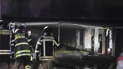 Schnell gelöscht: Die drei brennenen Autos standen nahe der Garageneinfahrt.