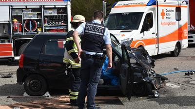 Schreckliche Tragödie: Ein Mensch starb an Gründonnerstag bei einem Zusammenstoß mit einem Feuerwehrauto, ein weiterer wurde schwer verletzt. Wie es dazu kam, ist weiter unklar.
