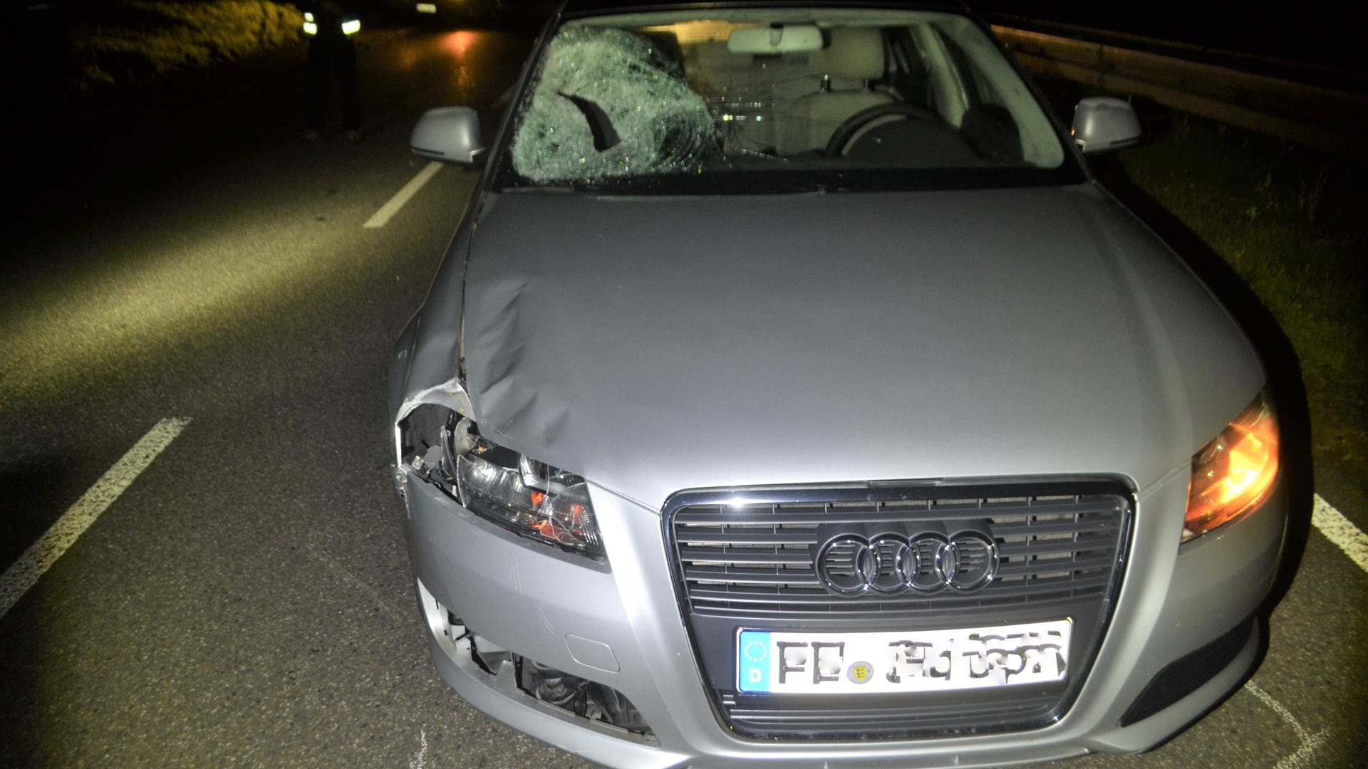 Spuren eines schweren Unfalls: Dieser Audi hat einen Fußgänger erfasst.