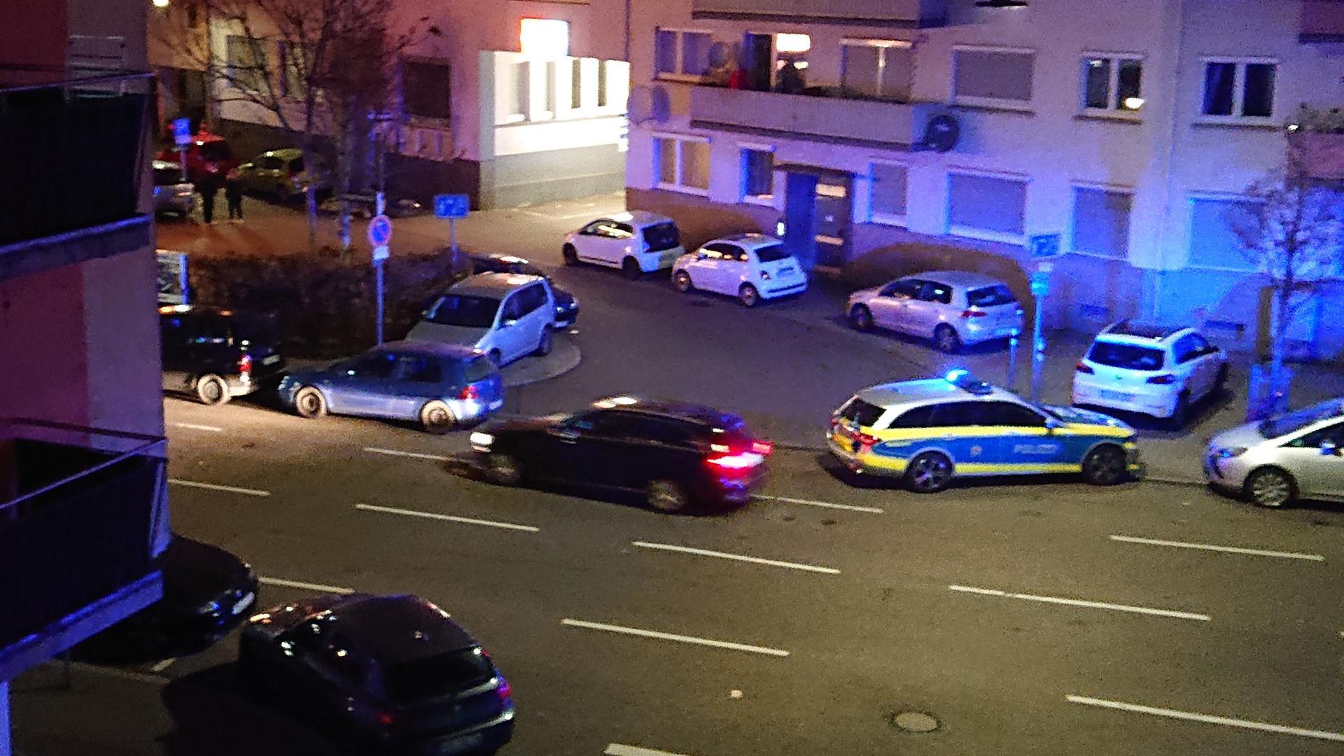 Einsatz in der Holzgartenstraße: Längst nicht nur hier in Pforzheim hatte die Polizei am Samstagabend zu tun. Ein Streifenwagen steht mit eingeschaltetem Blaulicht am Straßenrand.