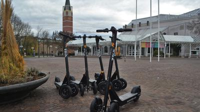 E-Roller sind im Stadtbild von Pforzheim zu sehen. Ein irisches Unternehmen will mit den Leihfahrzeugen wie in bereits zahlreichen anderen Städten ein Geschäft machen. 50 Fahrzeuge stehen laut Firma zur Verfügung und werden über ein App gebucht.