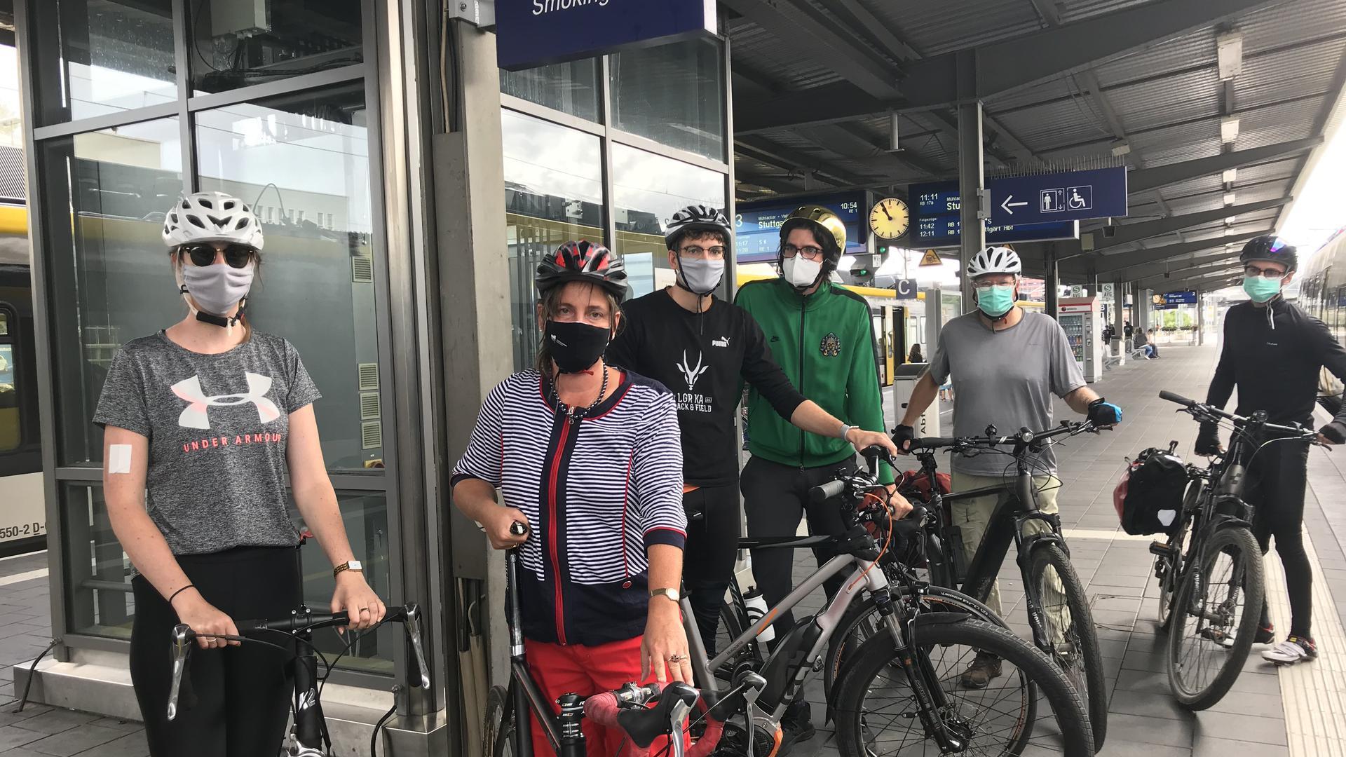 Radlergruppe Hock aus Karlsruhe am Bahnhof Pforzheim
