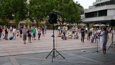 Menschen versammeln sich für eine Kundgebung gegen Corona-Regeln vor dem Neuen Rathaus in Pforzheim.