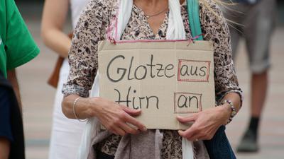 Frau mit Plakat in den Händen