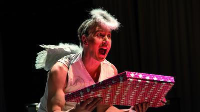 Varieté, Zirkus im Kulturhaus Osterfeld: Ein Engel hält eine Schachtel in den Händen