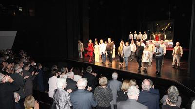 Opernpublikum applaudiert stehend Sängern auf der Bühne