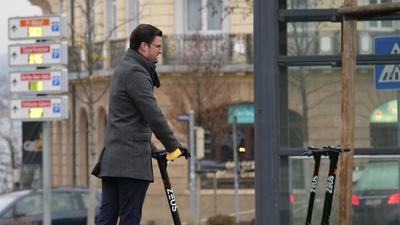 Timo Gans ist mit dem Start zufrieden: die zur Miete bereitstehenden E-Scooter in Pforzheim werden gut angenommen