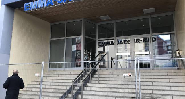 Verschossener Eingang zum Emma-Jaeger-Bad in Pforzheim