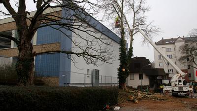 Es geht los: Am Montag haben die Vorarbeiten zum Abriss des Emma-Jaeger-Bades begonnen. Der eigentliche Abriss soll im Herbst 2021 starten.