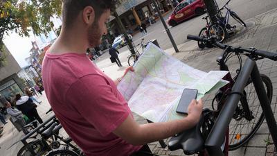 Fußgängerzone Pforzheim, Fahrrad, amtlicher Stadtplan mit Radrouten und Gefahrenstellen, Handy als Symbol für die angstrebte bikePF-App