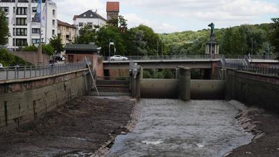 Das gestaute Wasser am Flusskraftwerk Pforzheim wird abgelassen.
