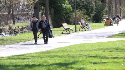 Kaum Gedränge: In den Parks der Stadt geht es überraschend gesittet zu trotz des beginnenden Frühjahrs. Dafür werden Radverkäufer mit Anfragen nahezu überflutet.