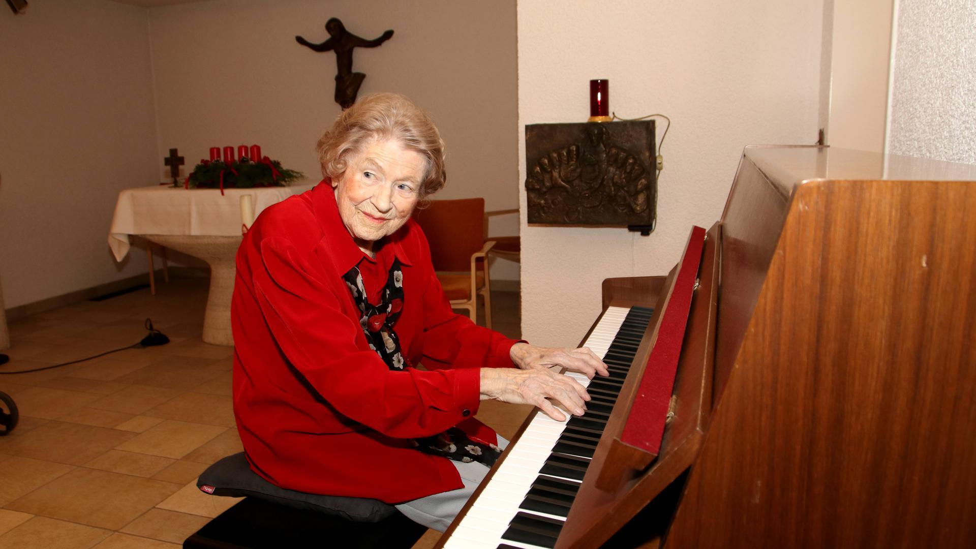 Alte Frau am Klavier