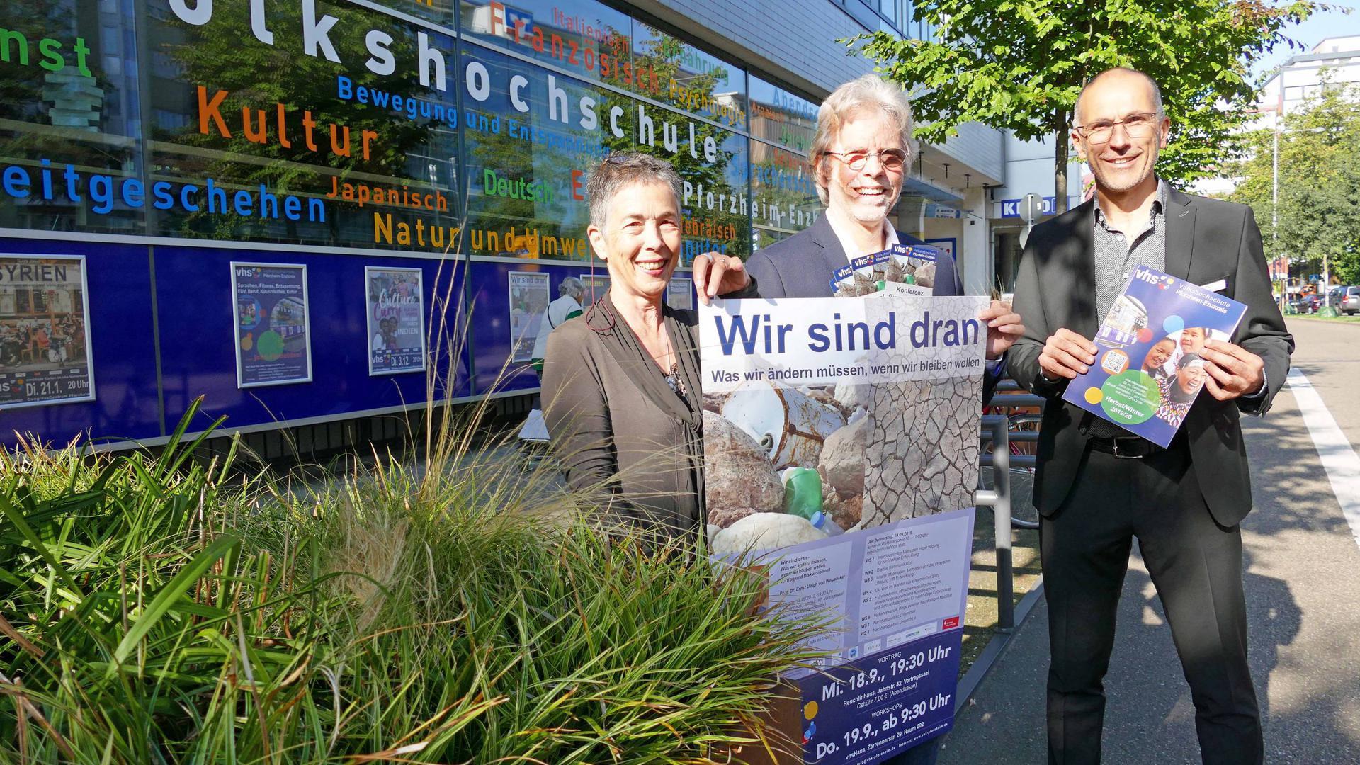 Verantwortung für mehr Nachhaltigkeit wird bei der vhs groß geschrieben: Gabriele Schumacher,  Jürgen Will und Heiko Weimer (von links). Foto: Roth