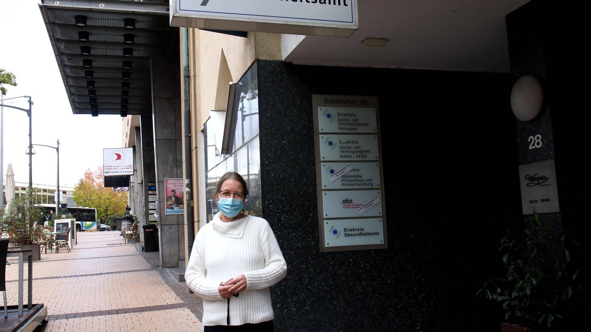 Die stellvertretende Gesundheitsamtsleiterin Angelika Edwards steht mit Mundnasenschutz vor dem Eingang des Gesundheitsamtes.