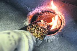 Bei der Firma Allgemeine Gold- und Silberscheideanstalt AG Agosi in Pforzheim (Baden-Württemberg) wird in einem Ofen angeliefertes Goldmaterial eingeschmolzen.