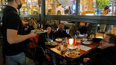 Alle Hände voll zu tun. Es ist viel los am Samstagabend in der Pforzheimer Innenstadt. Die Menschen genießen nochmals das gemeinsame Essen im Restaurant, wie hier beim Griechen am Marktplatz.