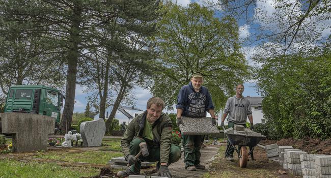 Arbeit für die Ewigkeit: An drei Tagen hat die Firma Mosthaf aus Pforzheim den Friedhof in Hohenwart um 13 neue Reihengräber erweitert. Im Bild: (von links) Markus Mosthaf, Sven Walter und René Albrecht.