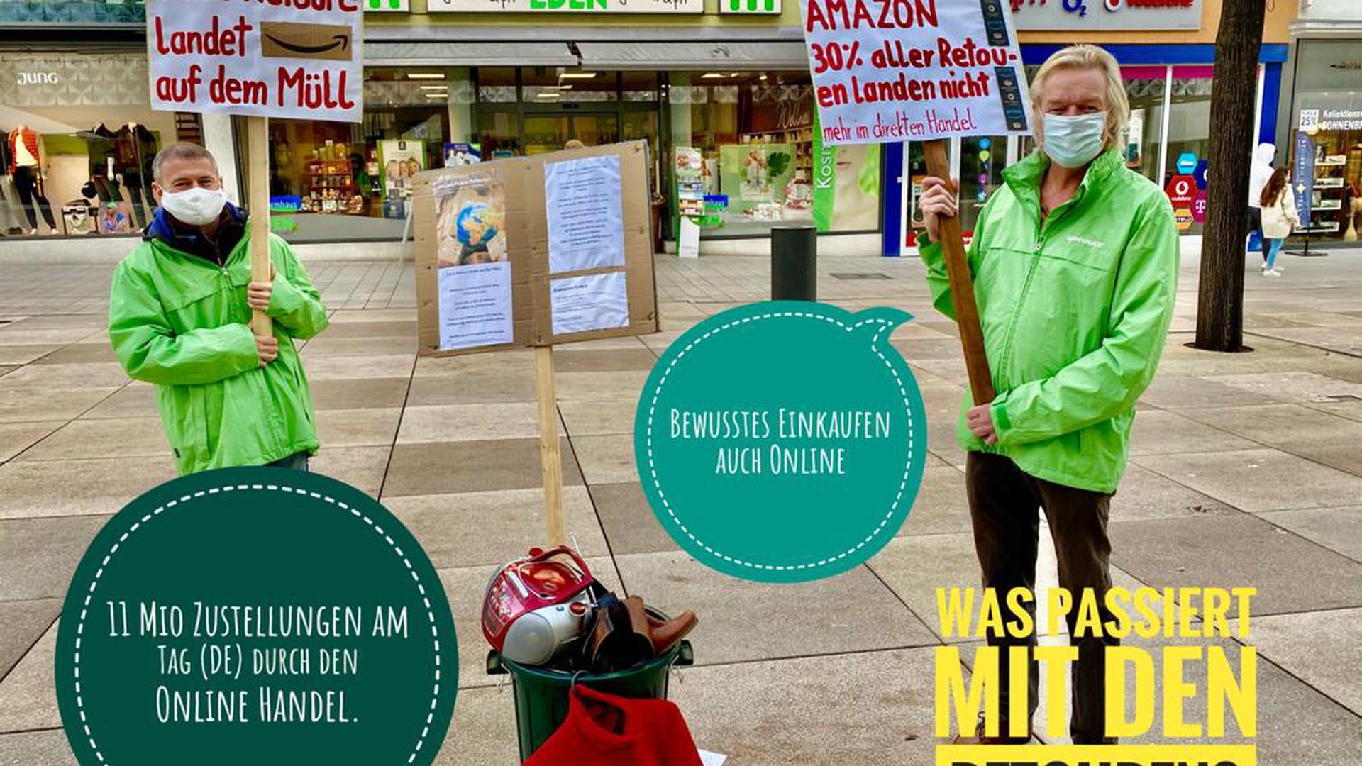 Appellieren für bewussten Konsum: Die Pforzheimer Greenpeacegruppe informiert am Freitag, 27. November, an einem Stand in der Fußgängerzone.