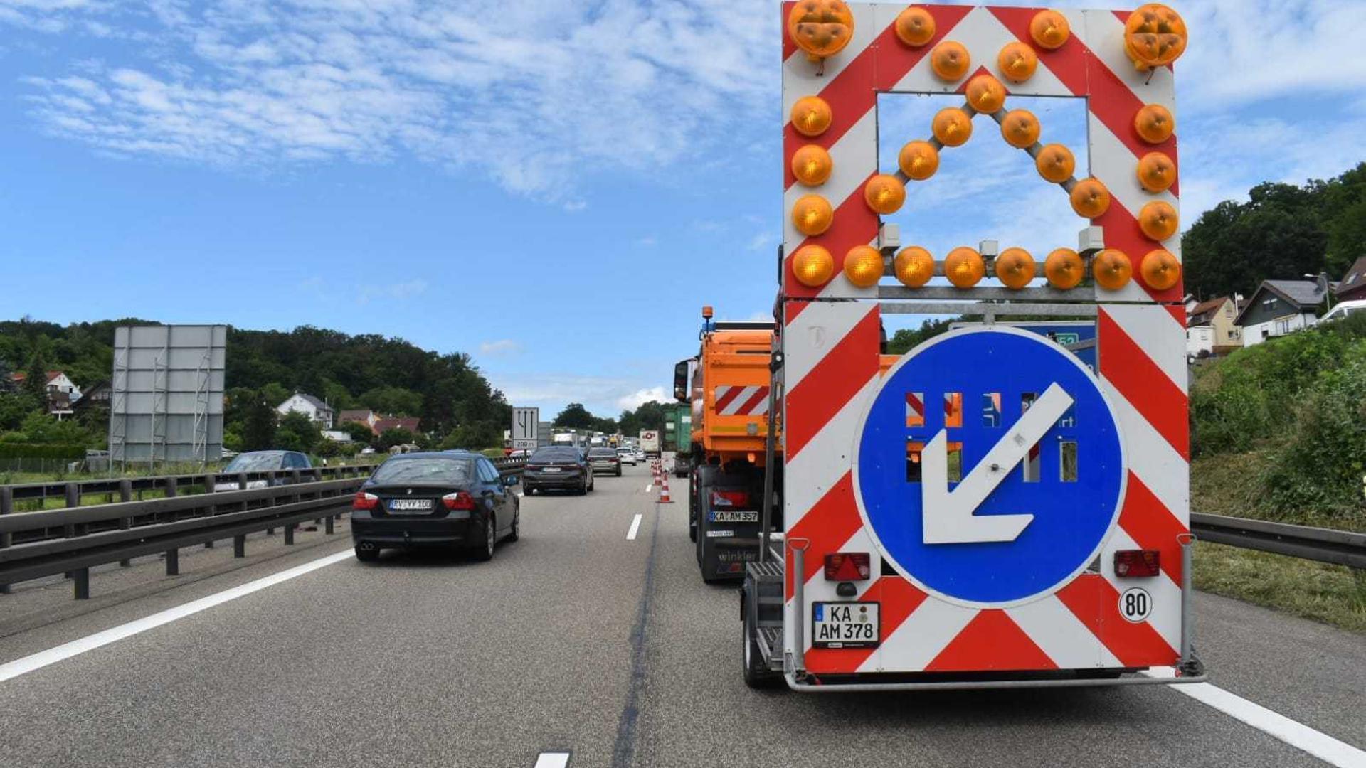 Sperrung auf der Autobahn bei Pforzheim: Die A8 muss nach einem Unfall am Mittwochnachmittag teilgesperrt werden.