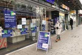 Gut angenommen: Viele Kunden nutzen den Abholservice bei Thalia in der Pforzheimer Fußgängerzone. Acht Kunden dürfen gleichzeitig in den Laden.
