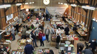 Viele Besucher gruschteln in der Güterhalle des Weißensteiner Bahnhofs in Kartons mit Büchern.