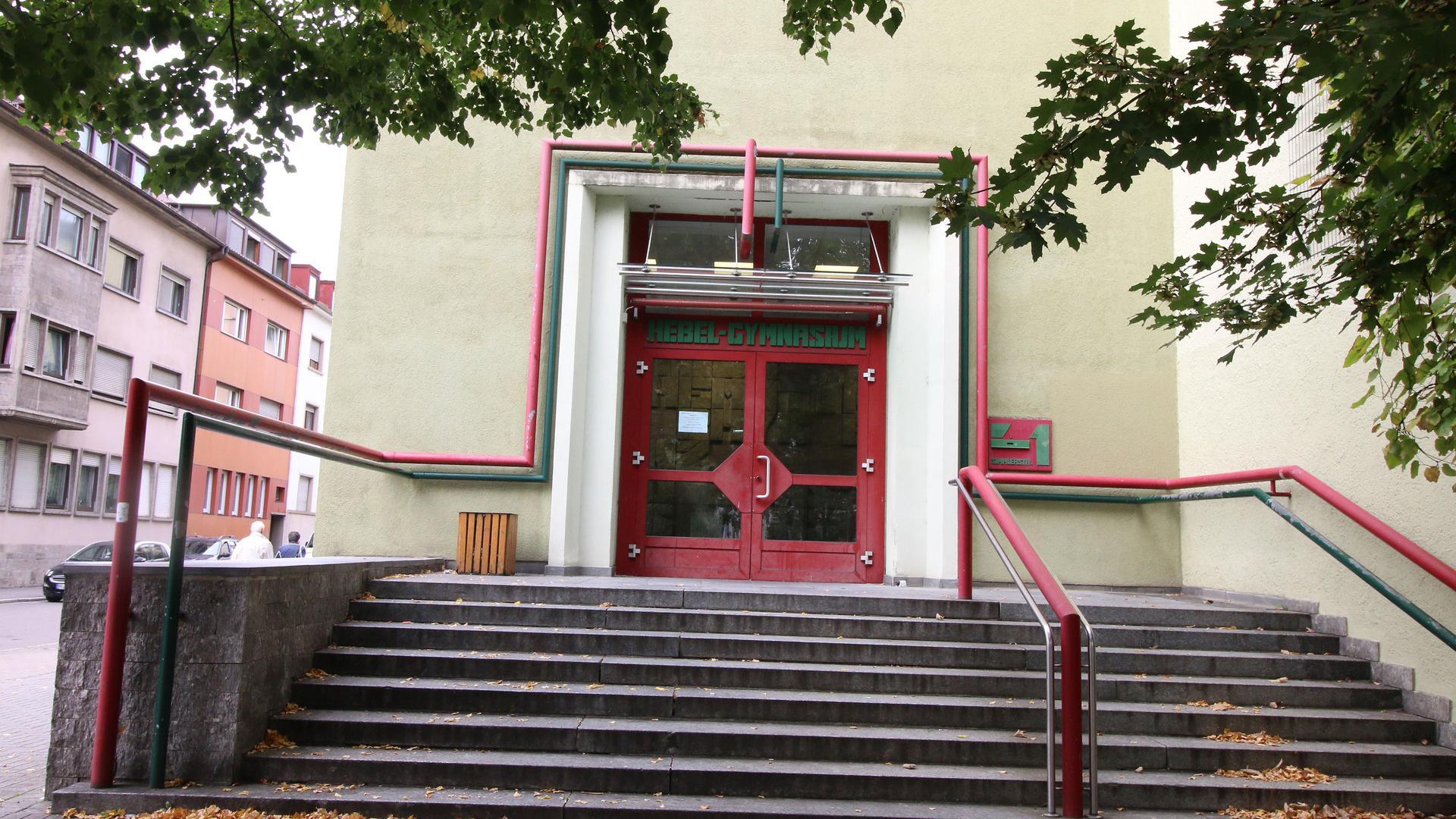 Der Eingang des Hebel-Gymnasiums ist zu sehen mit roter Tür und der Treppe davor.