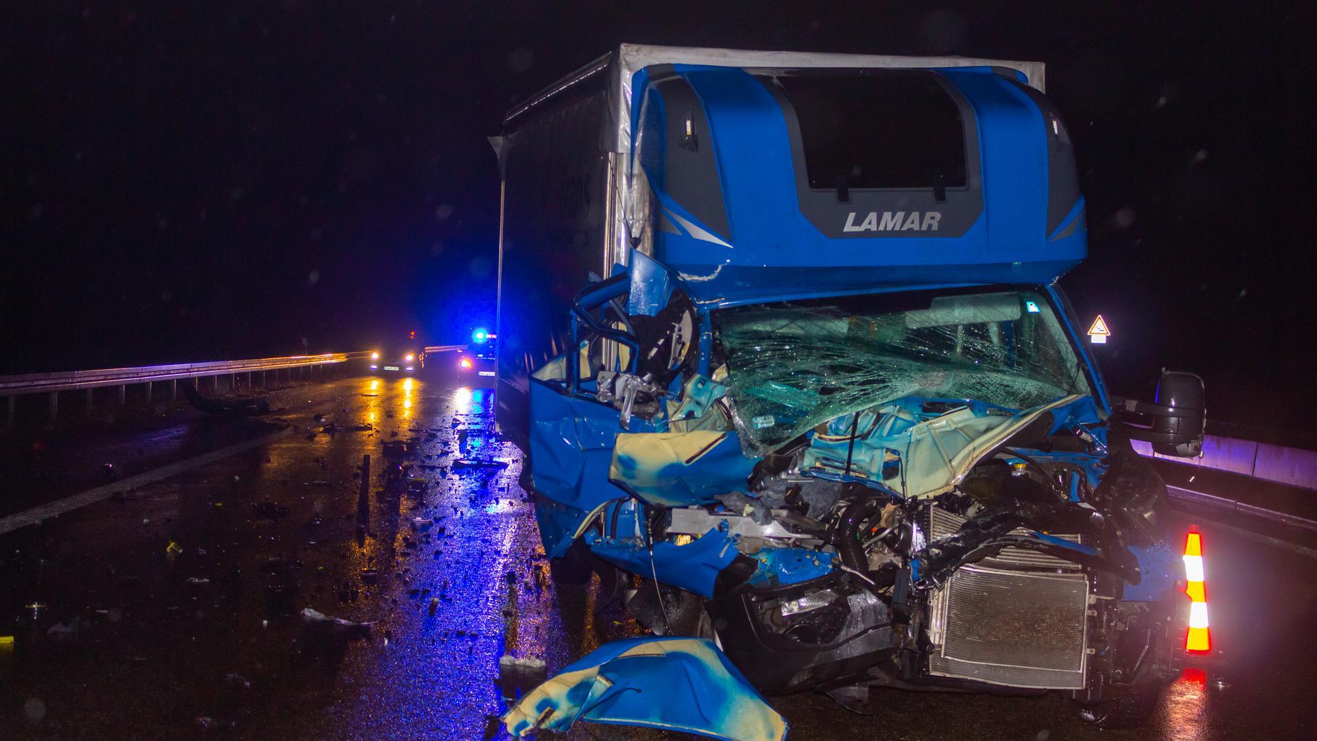 Aus diesem Wrack kam der Fahrer mit leichten Verletzungen heraus.