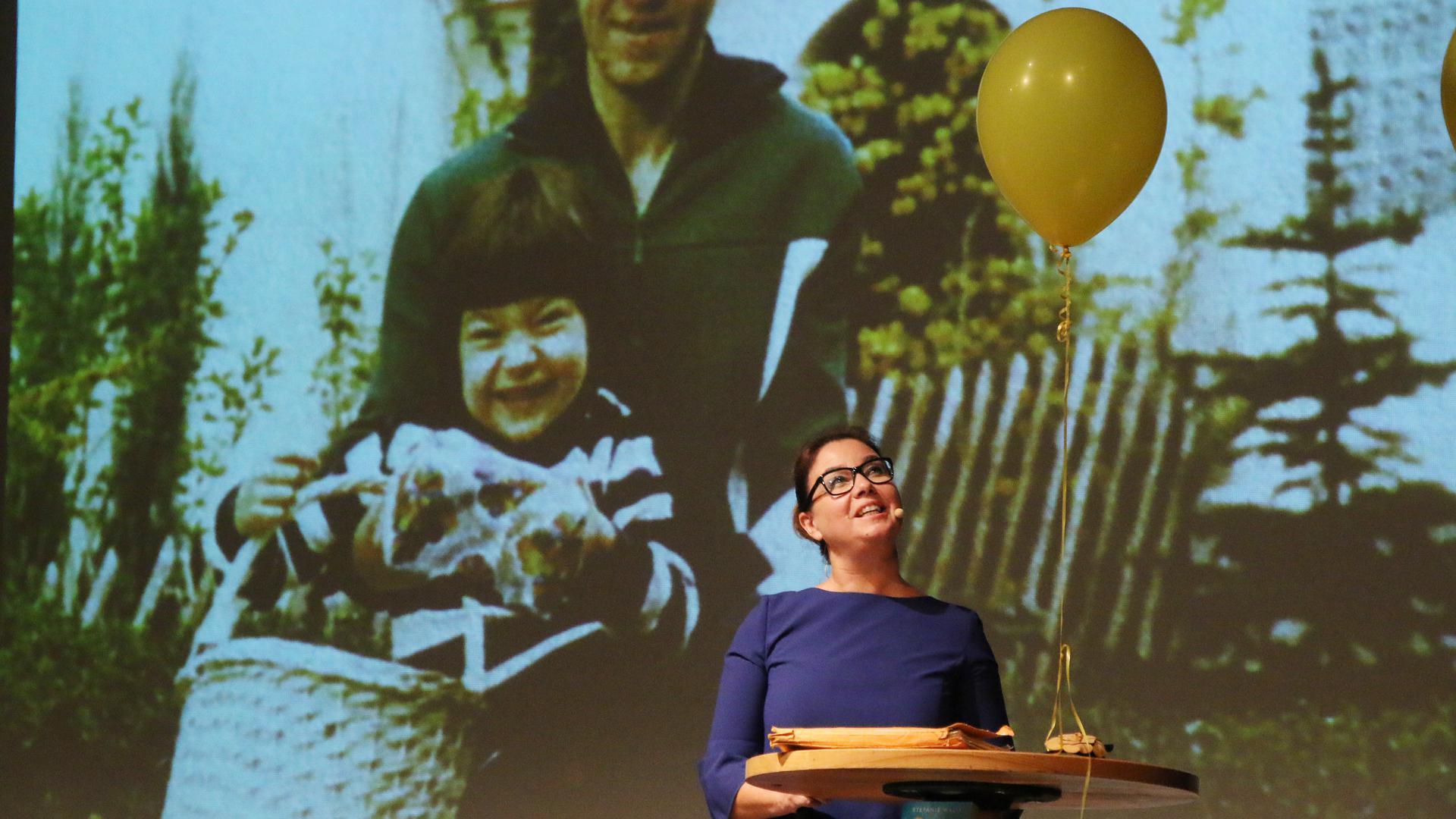 Akte Luftballon: So heißt das Buch von Stefanie Wally, aus dem sie bei der Pforzheimer Feierstunde vorliest. Es erzählt von der Freundschaft zweier Mädchen, die mit einem gelben Luftballon begann.