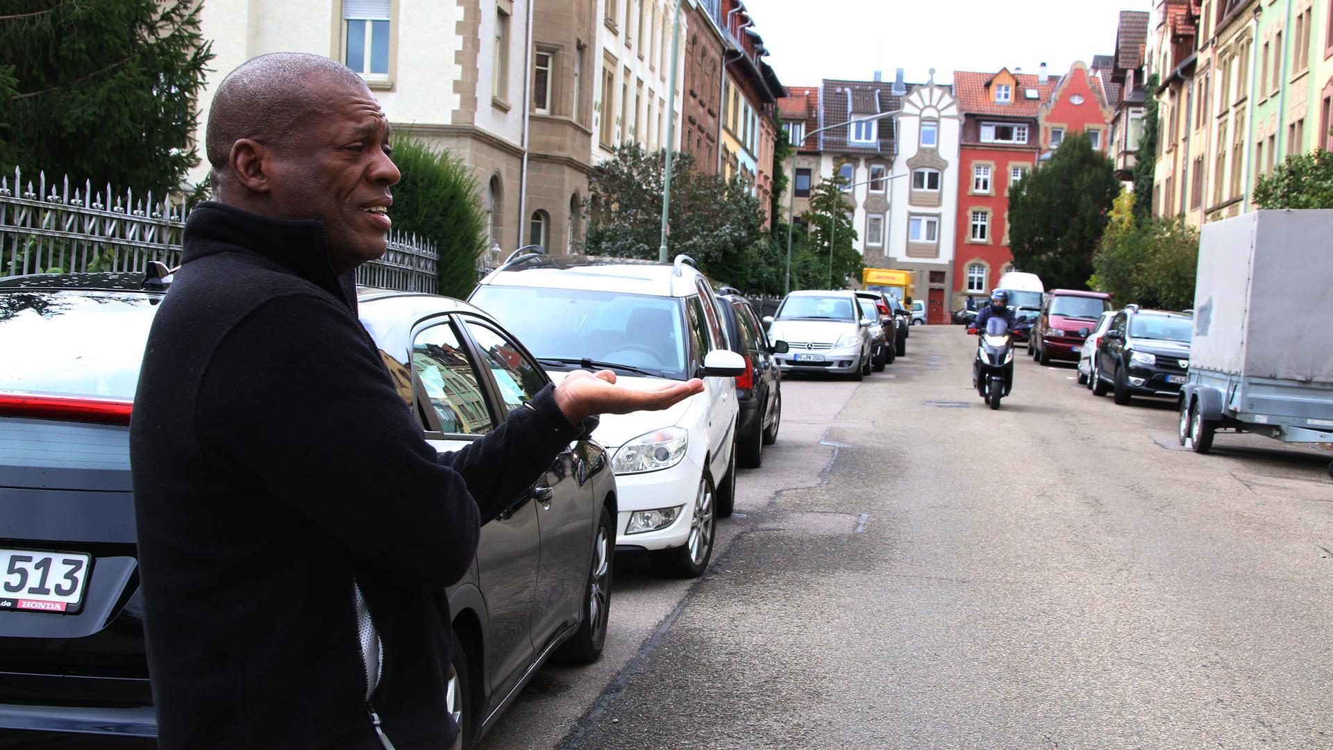 Mann steht am Straßenrand