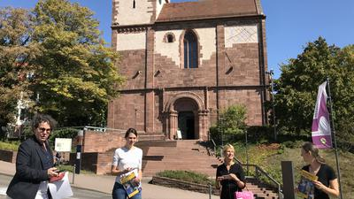 Schlosskirche mit von links Bürgermeisterin Sibylle Schüssler, Denkmalschützerin Stéphanie Toussaint, Kulturamtsleiterin Angelika Drescher und die stellvertretende Leiterin des Schmuckmuseums Isabel Schmidt-Mappes.