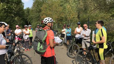 Radtour mit Christof Weisenbacher (rechts) zu Gewerbegebieten in Pforzheim bei der Erddeponie Ochsenwäldle