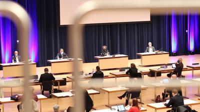 Auf Abstand: Der Pforzheimer Gemeinderat tagte am Dienstagabend erneut mit viel Abstand und Masken im großen Saal des Congresscentrums der Stadt.