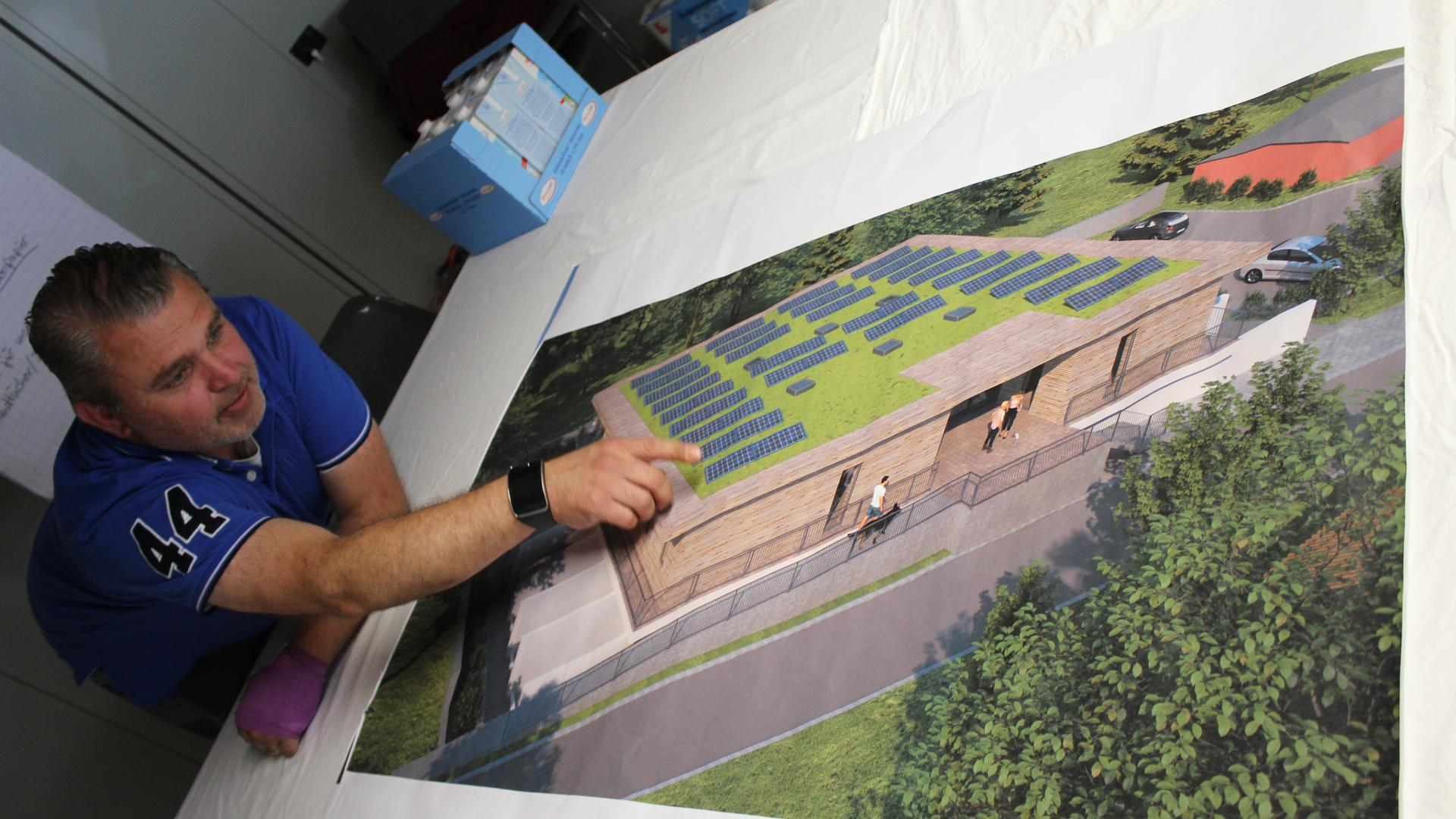 Tierschutzvereins-Vorsitzender René C. Maier-Stadtaus zeigt auf ein Bild der neuen Quarantänestation, die auf dem Tierheimgelände momentan gebaut wird.