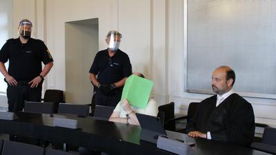 Der verurteilte Edelsteinhändler mit zwei Sicherheitsleuten und seinem Verteidiger Marvin Schroth.