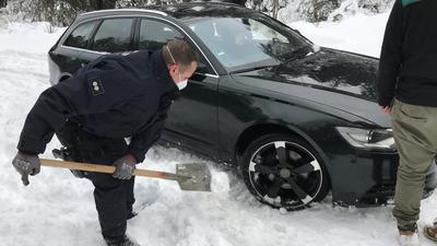 Freund und Pannenhelfer: Robert Gruß räumt mit seinem Spaten einen Audi frei, der im Neuschnee liegengeblieben ist. Derartige Einsätze hatte der Bereitschaftspolizist aus Kraichtal am Wochenende öfters.